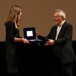 Madè consegna il premio a Bertolucci